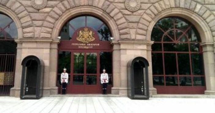 Снимка Prezidennt.bgЧасти на СДВР и прокурори влязоха в сградата на