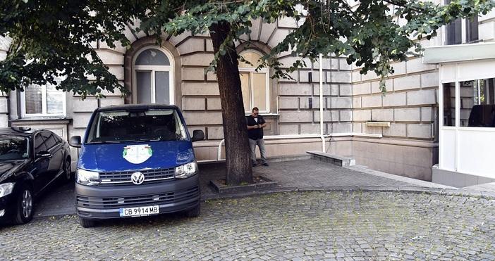 Снимка БулфотоЕдин от екипите на прокуратурата напусна преди минута президентството.От