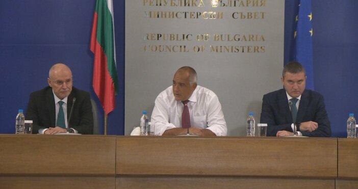Кадър: БНТПремиерът Бойко Борисов, финансовият министър Владислав Горанов и управителят