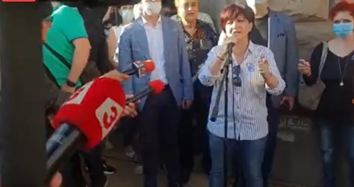 Контрапротест се провежда пред сградата на Министерски съвет. Той е