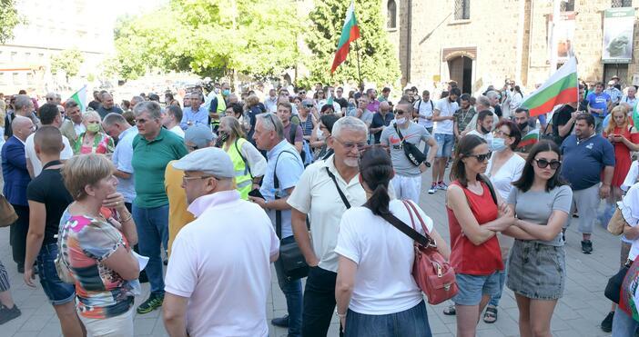 """Снимки: БулфотоЗа втори ден граждани се събраха пред """"Дондуков"""" 2,"""