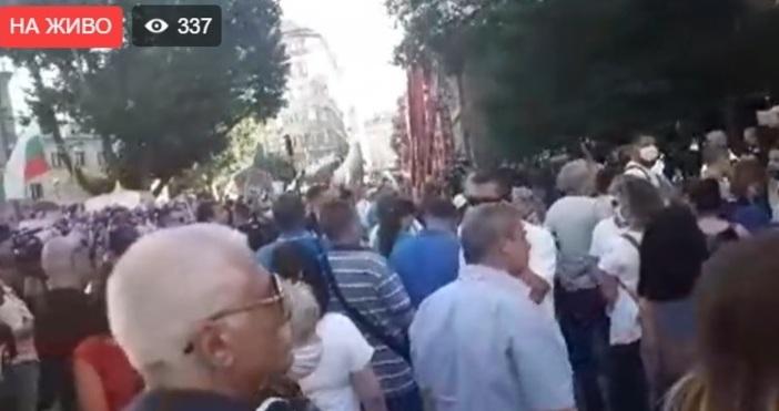Протест на симпатизанти на БСП се провежда в момента пред