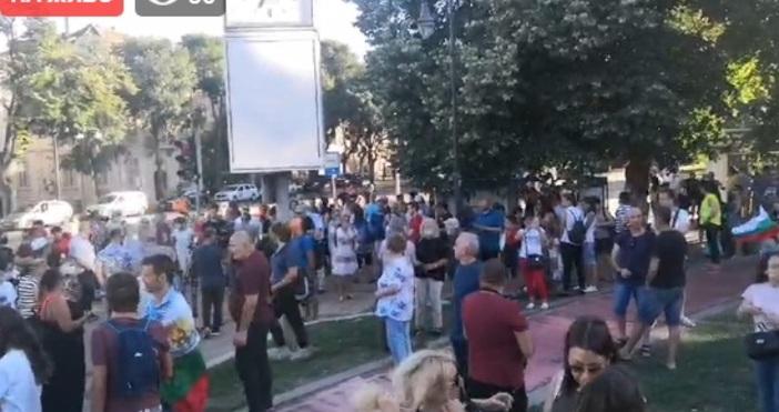 Кадър Свободна ВарнаЗапочна и протестът във Варна.Събират се хора пред
