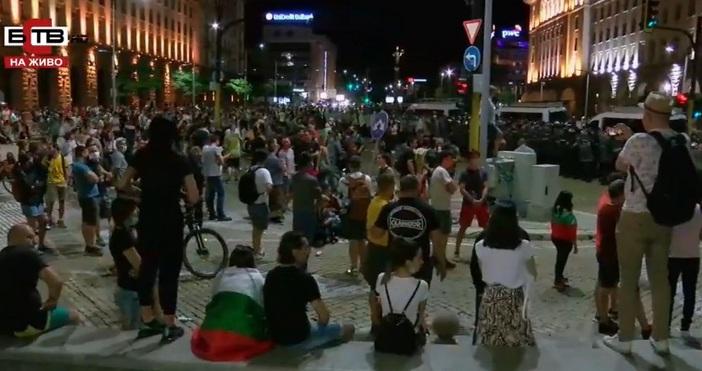 Кадър БСТВПълен с хора е Триъгълника на властта в София.По