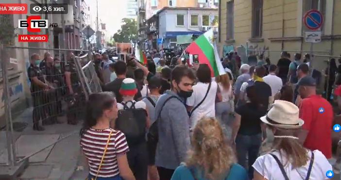 Протестиращите в София се спряха да освиркат и скандират и