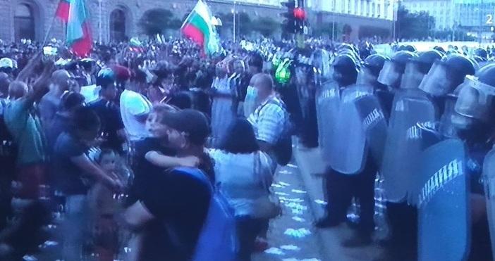 Многохилядният протест пред Министерския съвет и Президентството, насочен срещу правителството