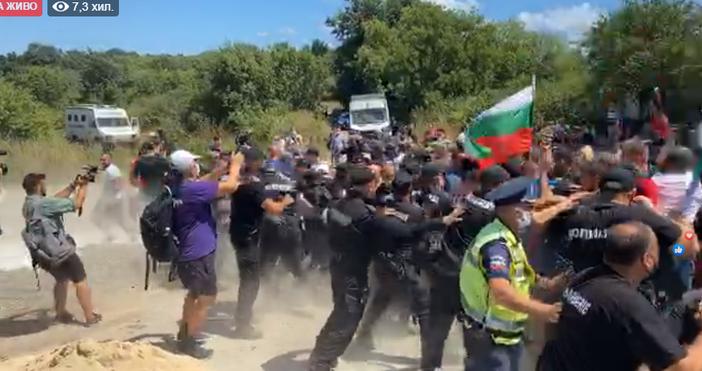 Напрежението в Бургас на протеста ескалира. Хората са ядосани и