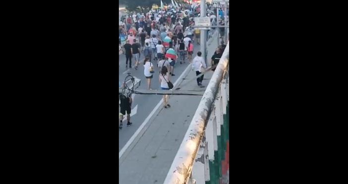 Протестиращите във Варна стигнаха и до Аспаруховия мост, като го