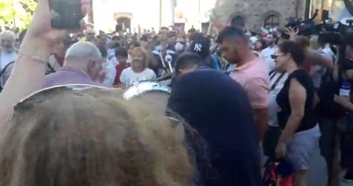 Хората вече се събират за протеста срещу правителството и Иван