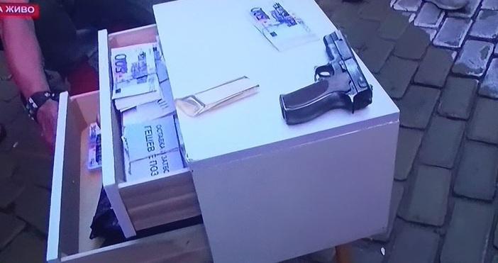 Нощно шкафче с пари и пистолет събра развесели протестиращите пред