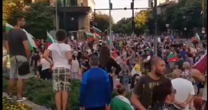 """Кадър и видео: """"Вихрогон""""Протестиращите във Варна се увеличиха и се"""