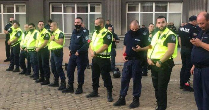 Източники кадър:Bulgaria ON AIRВече трети час недоволството в София не