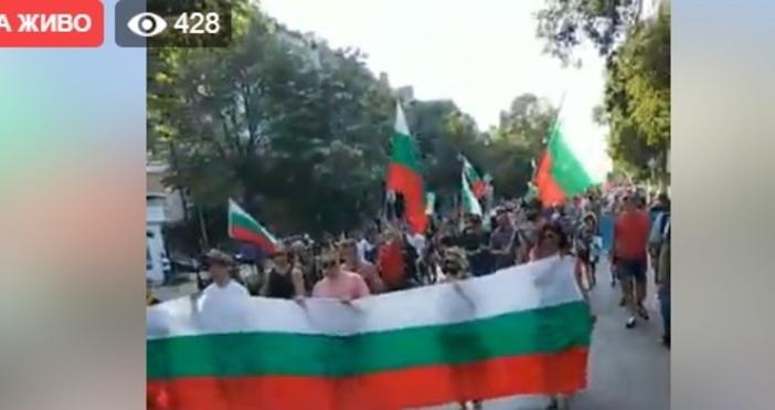 Масов протест върви в момента във Варна.Стотици хора тръгнаха от