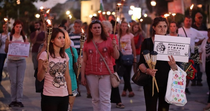 БулфотоФакелно шествие направиха протестиращи срещу закона за социалните услуги. Шествието