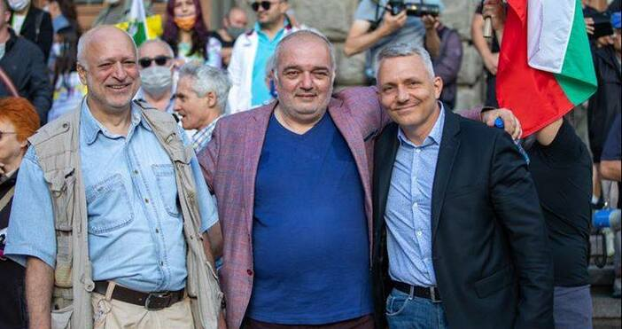 Снимка Фейсбук Николай ХаджигеновНа микрофона пред президентството говори проф. Велислав