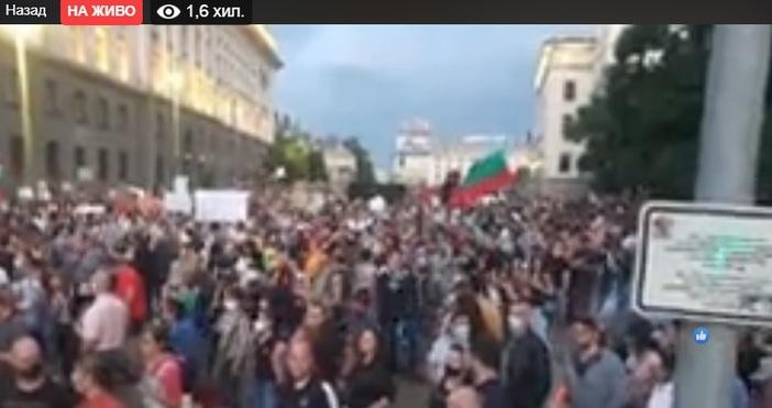Увеличават се протестиращите в Триъгълника на властта в София.Над 50