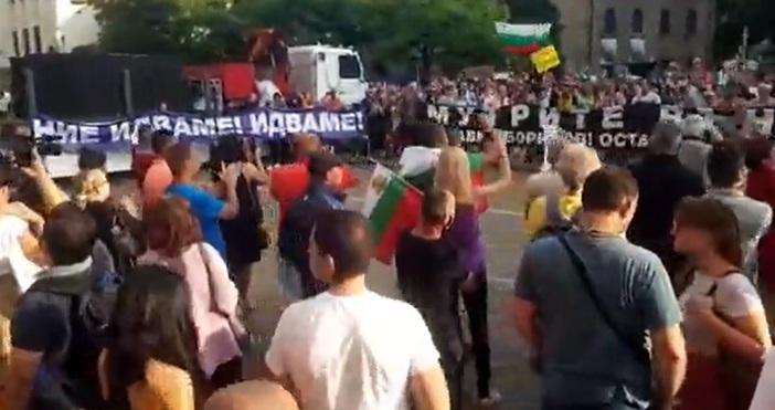 Кадър: ПетелЗа седми пореден ден хората протестират в центъра на