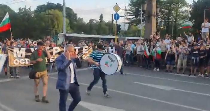 Тъпънът на търпението бие все по-бързо. Хилядите протестиращи в София