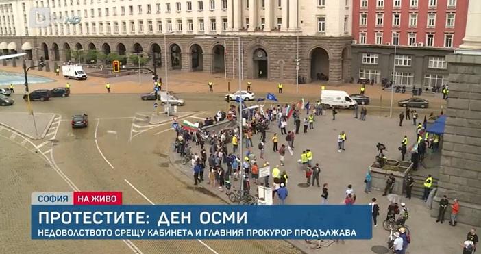 Редактор:Александър Дечевe-mail:alexander_dechev_petel.bg@abv.bgКадър: БТВОще от преди час протестиращи започнаха да се