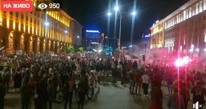 Около 21:00 часа – 22:00 часа картинката на площада в