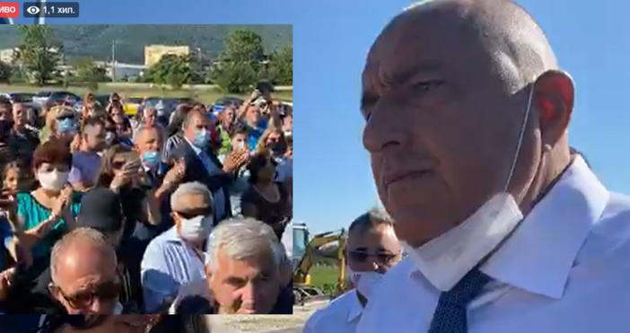 Под бурни аплодисменти слезе от джипа във Враца Бойко Борисов.Събрали