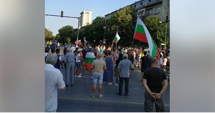 Хора излязоха за поредна вечер на улиците във Варна, за
