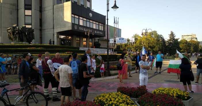 Кадри ПетелВарненци се събраха на протест пред Община Варна за
