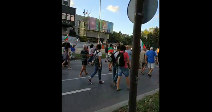 """Снимка и видео: """"Варна сега""""Протестът във Варна прерасна в шествие"""