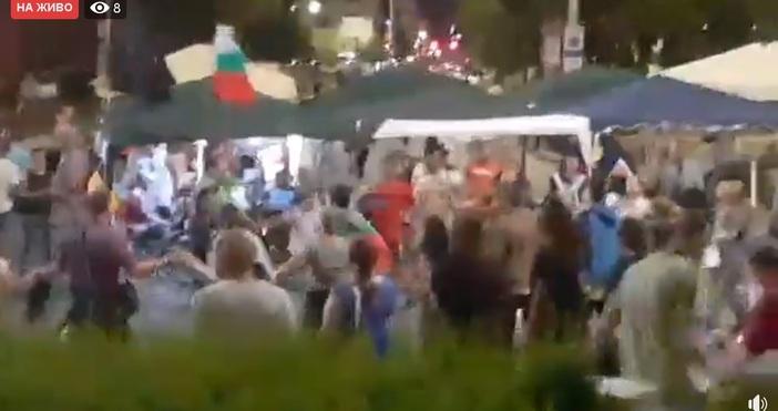 Протестът премина в хороводна форма. Мнозина се хванаха за ръце