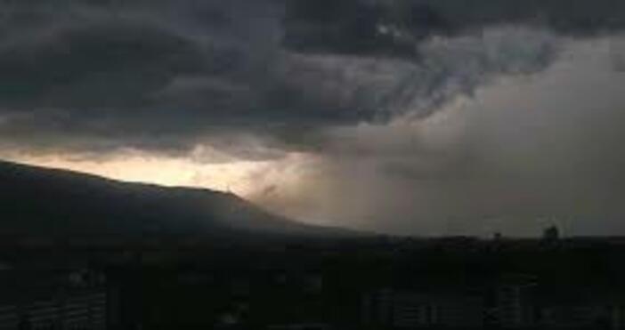 снимка; Булфото, архивСилна буря се изрази над София.Дъждът и вятърът