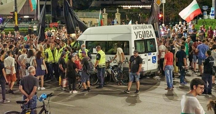 Снимка: БулфотоАнтиправителствените демонстранти издигнаха барикади в София в петък вечер