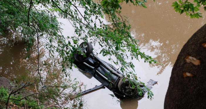 снимки БулфотоЛек автомобил е паднал в река Струма в близост
