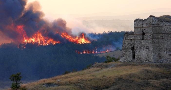 снимки БулфотоПожарът в Сакар планина достигна историческата крепост Букелон край