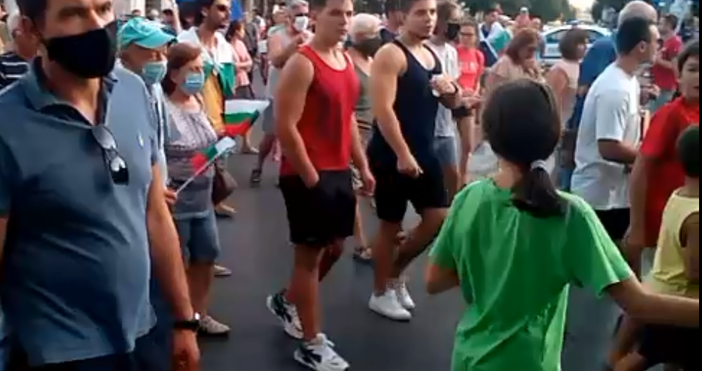 Снимка и видео: Варна сегаУчастниците в поредният протест срещу правителството