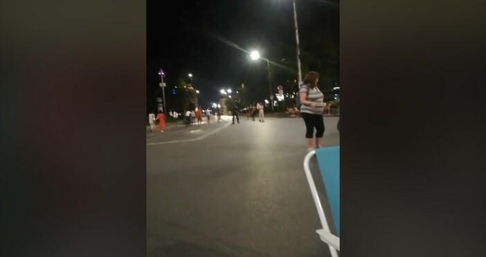 фото и видео:Николай Хаджигенов, фейсбукВолейбол играят протестиращите край Софийския университет.Това