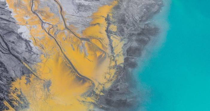 фото:pexels.comИзтичането на петролни продукти от повредения японски товарен кораб край