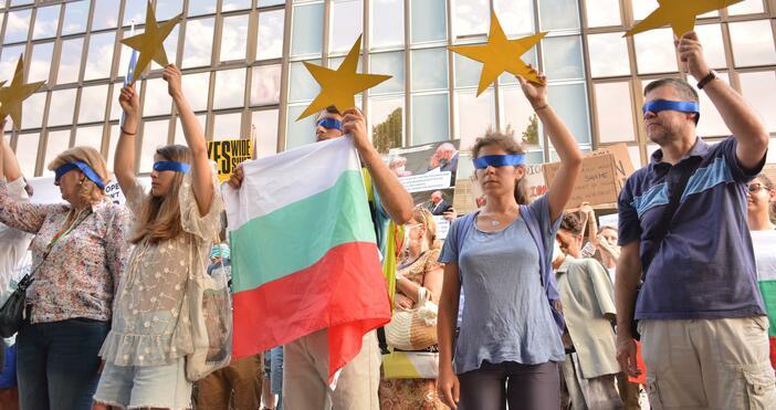 Снимки: БулфотоДемонстрантите от антиправителствените протести застанаха със затворени очи пред