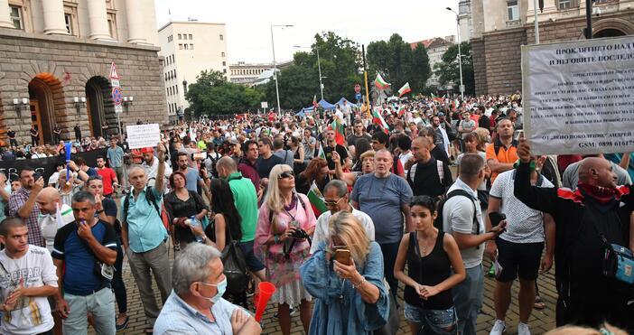 Снимка: БулфотоТри блокирани столични кръстовища и протестен автопоход в 35-ия