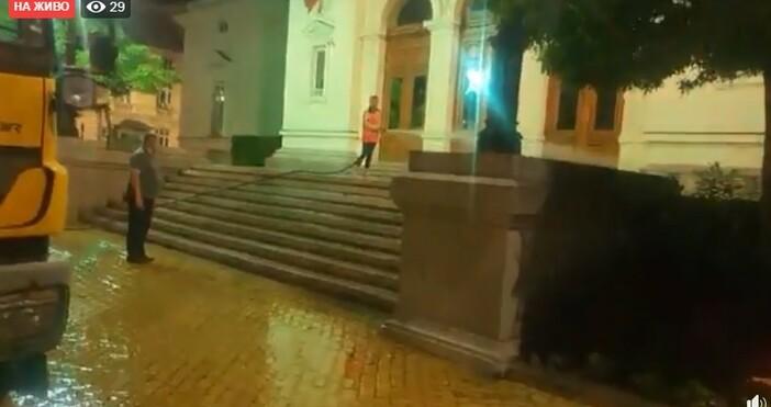 фото:Любословие.БГ, фейсбукВ момента сградата на Народното събрание се мие от