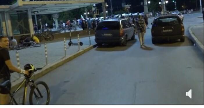 кадри и видео:, фейсбукПротестиращите на Орлов мост и в момента