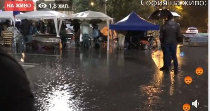 кадър и видео:, фейсбукСилен дъжд се излива над София в