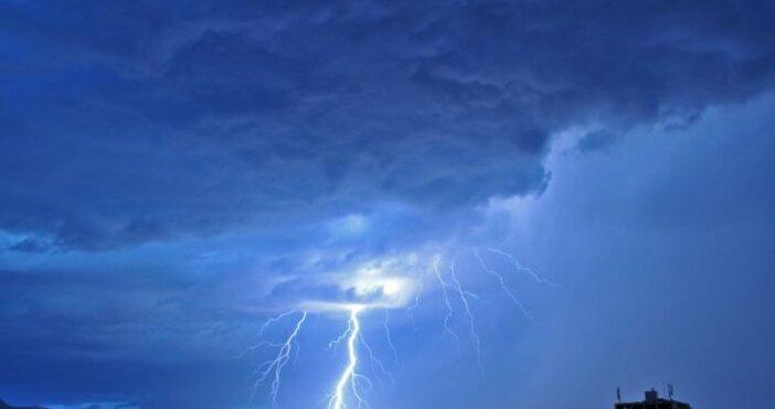 снимка: БулфотоДо полунощ над западната половина от страната ще продължи