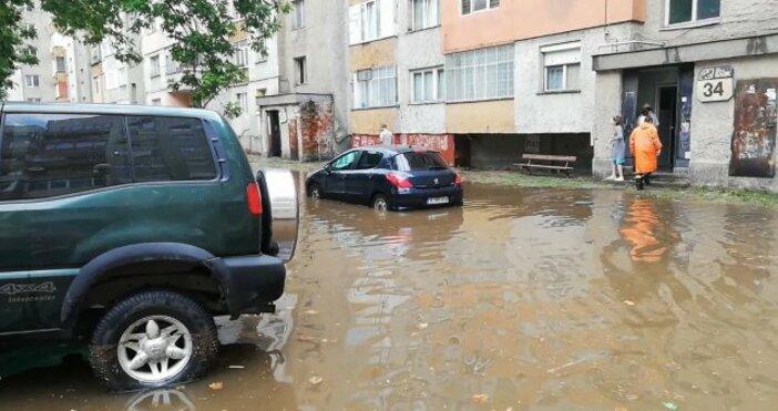 Източники снимка: Bulgaria ON AIRСилна буря в Благоевград наводни улици