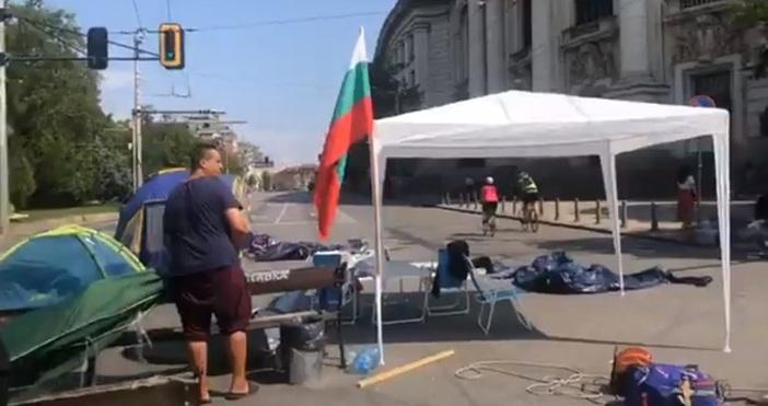кадър: Фейсбук/Отровното триоПалатките, които бяха опънати на кръстовището точно пред