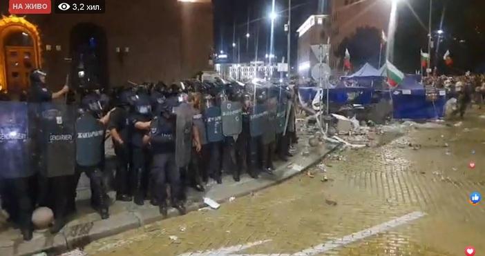 Щурм на полицията в момента. Атакуват потеста. Падна палатковият лагер.Протестът