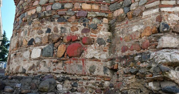 Снимки: БулфотоВандали поругаха с червена боя и яйца столичния храм