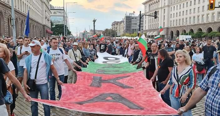 Снимки Андрей ВелчевРисуван роден трибагреник разпънаха протестиращите с надпис