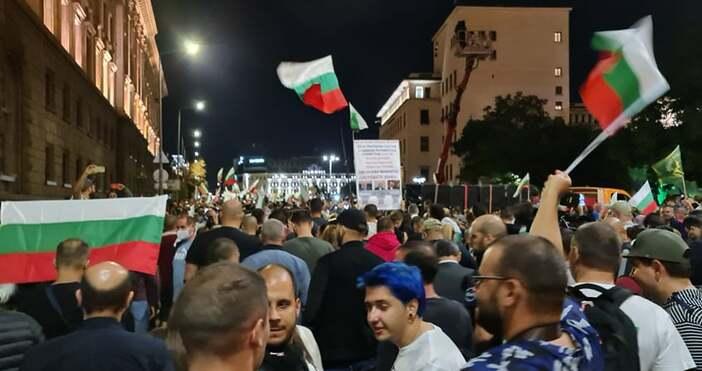 Снимки Андрей ВелчевХиляди протестиращи се запътват към Орлов мост, предава