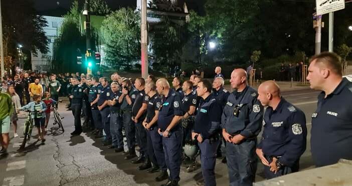 Кадри Андрей ВелчевНапрежение има между протестиращи и полицаи около Народното