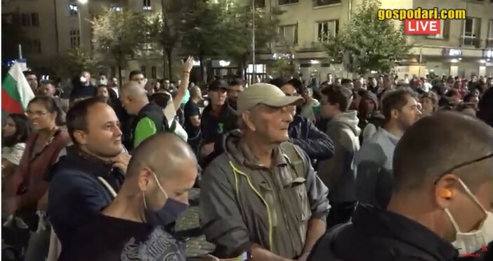 кадър: Иво Божков, youtubeТова, което се случва сега пред сградата